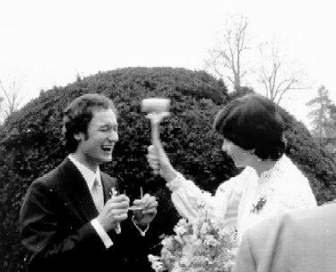 Pár minut po slavnostním obřadu požádala Yfča Jíru, aby si sundal optiku. Hodlala mu totiž názorně objasnit, kdo bude mít ve svazku manželském hlavní slovo...